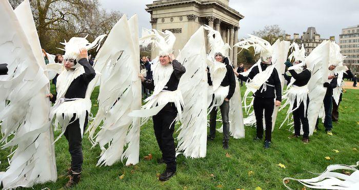 Personas disfrazadas esperan la Marcha Global del Clima, en la ciudad de Londres. Foto: Xinhua