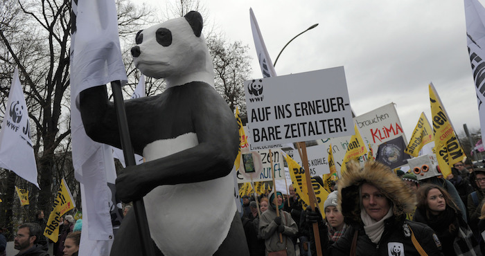 Activistas sostienen pancartas con consignas durante la Marcha del Clima Global, en la ciudad de BerlÌn, Alemania. Foto: Xinhua