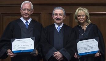 Silva Meza y Sánchez Cordero de García recibieron de manos de Luis María Aguilar Morales, Ministro presidente de la Suprema corte de Justicia un reconocimiento por su trayectoria como magistrados en su ultima sesión. Foto: Cuartoscuro