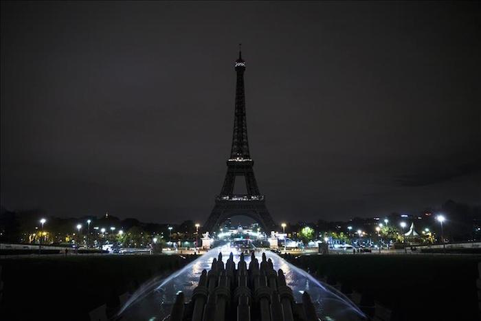 Las luces de la Torre Eiffel se han apagado en señal de duelo tras los atentados de anoche en Paris, Francia. Foto: EFE