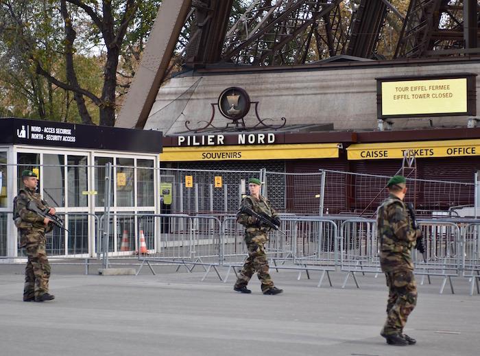 Soldados patrullan cerca de la Torre Eiffel, en París. Foto: EFE