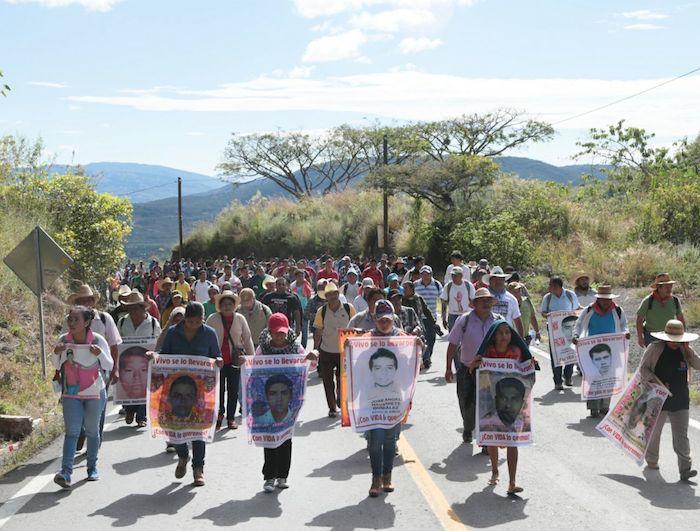 Padres de los 43 encabezan la marcha. Foto: Jessica Torres, El Sur