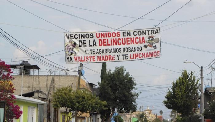 Vecinos de la zona oriente del Estado de México colocaron mantas en distintas colonias de la zona advirtiendo a delincuentes que se abstengan a realizar asaltos para no ser linchados. Foto: Cuartoscuro