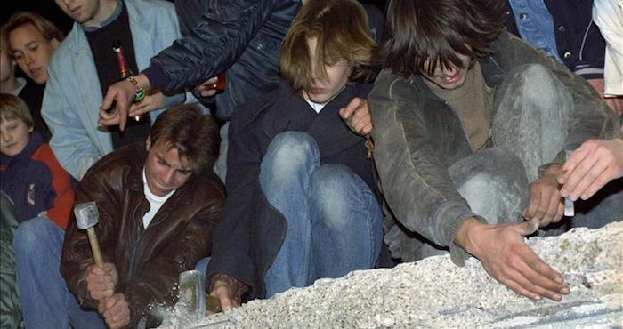 Un grupo de ciudadanos de Berlín Occidental destruye el Muro de Berlín (Alemania). EFE/Archivo.