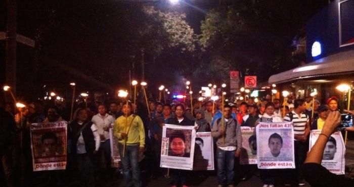 Los padres de los normalistas marcharon esta noche en calles del DF. Foto: Twitter @SerapazMexico
