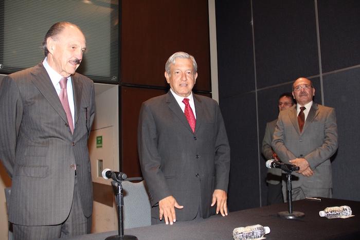 López Obrador en la presentación de su proyecto alternativo del AICM. Foto: Luis Barrón, SinEmbargo.