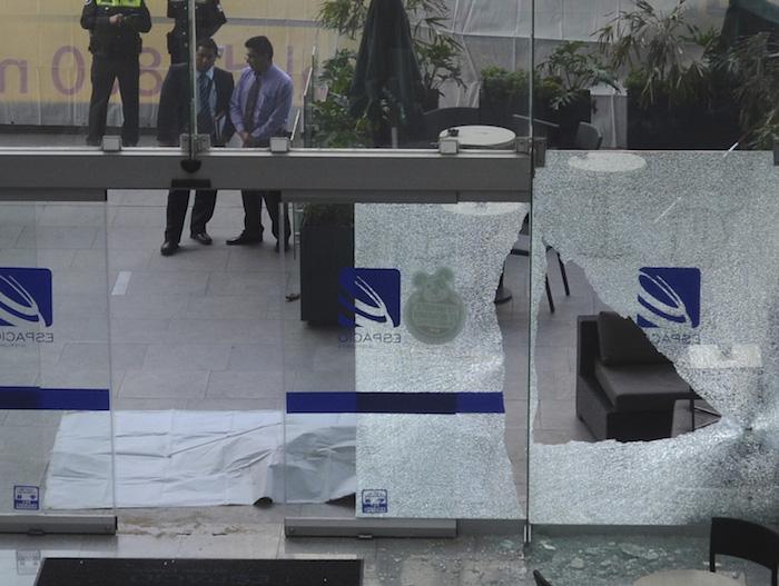Dos asaltantes muertos fue el resultado de una balacera entre los maleantes y un policía, quien impidió que asaltarán a una persona quien había retirado dinero del Centro Comercial Espacio, ubicado en avenida Jesús del Monte. Foto: Cuartoscuro