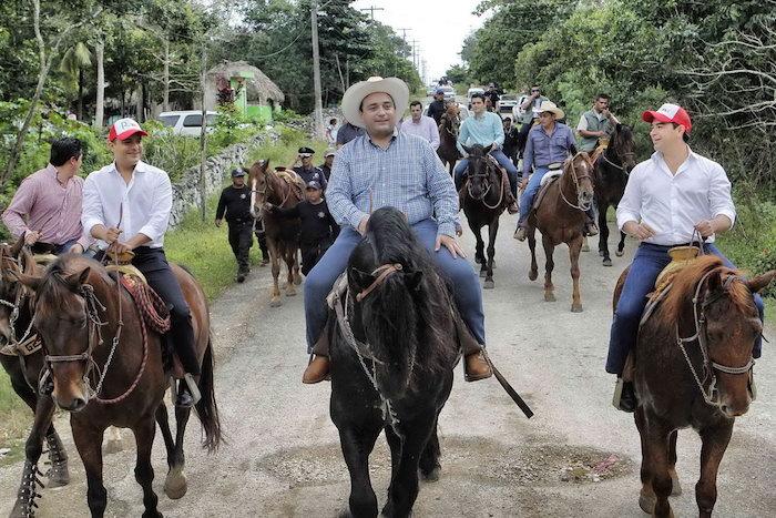 El gobernador a su arribo a la comunidad e Chanchén Primero. Foto: EspecialEl gobernador a su arribo a la comunidad e Chanchén Primero. Foto: Especial
