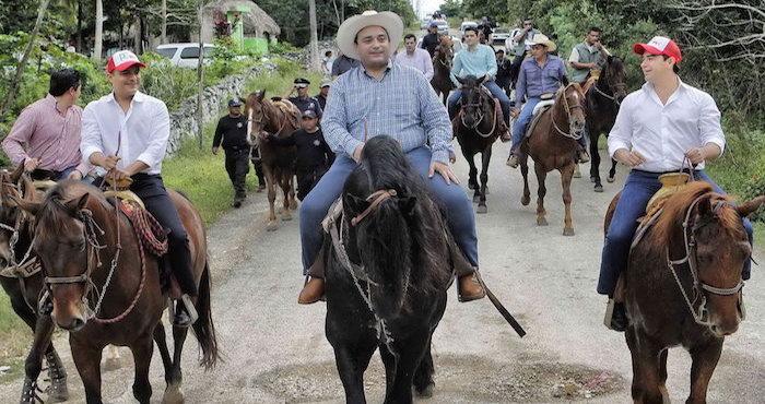 El gobernador a su arribo a la comunidad e Chanchén Primero. Foto: quintanaroo.gob