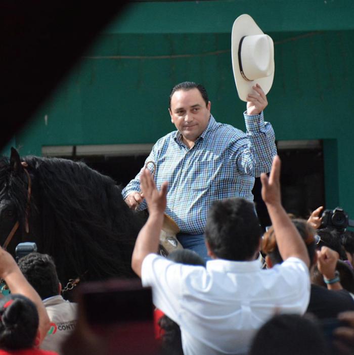 Borge saluda durante la cabalgata que encabezó. Foto: Instagram gracefalconcruz