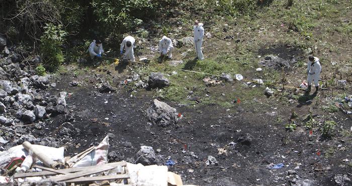 Elementos del Ministerio Público Federal en peritaje en tiradero perteneciente al municipio de Cocula. Foto: Cuartoscuro.