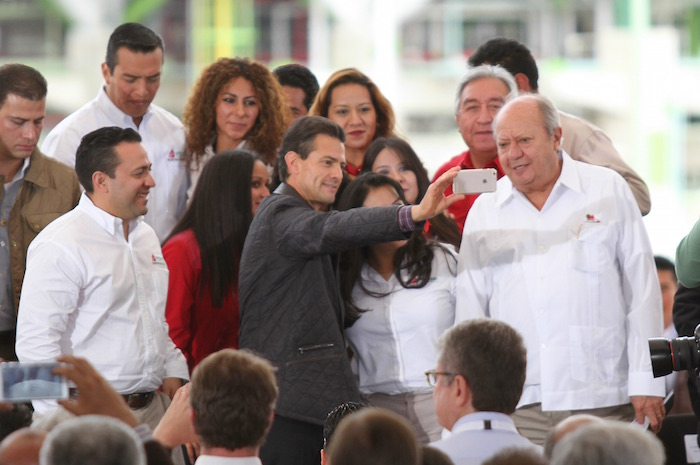 El presidente Enrique Peña Nieto se tomó hoy una selfie con el líder del Sindicato de Trabajadores Petroleros de la República Mexicana, Carlos Romero Deschamps. Foto: Cuartoscuro