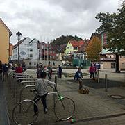Las escuelas en esta parte de Alemania no requieren de cercas. En el recreo, los niños juegan en una plaza púlica