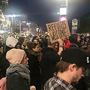 Muchachos alemanes se pronuncian a favor de los refugiados y se oponen a las manifestaciones neofascistas