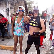 Dos jóvenes se alistan para participar en el carnaval de Tixtla, Guerrero, donde se sitúa la Normal de Ayotzinapa