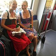 Dos muchachas visten a la usanza tradicional del sur de alemania para las fiestas de la cerveza