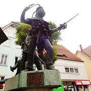 Escultura de un niño con un arma de juguete, en Oberndorf am Neckar