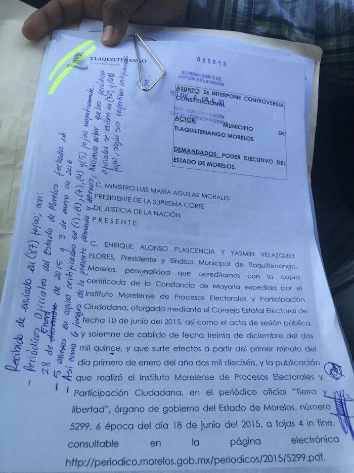 El documento de la controversia presentada hoy ante la SCJN con el que se busca que se declare ilegal el acuerdo de Graco Ramírez de mantener el Mando Único en el municipio. Foto: Especial, SinEmbargo