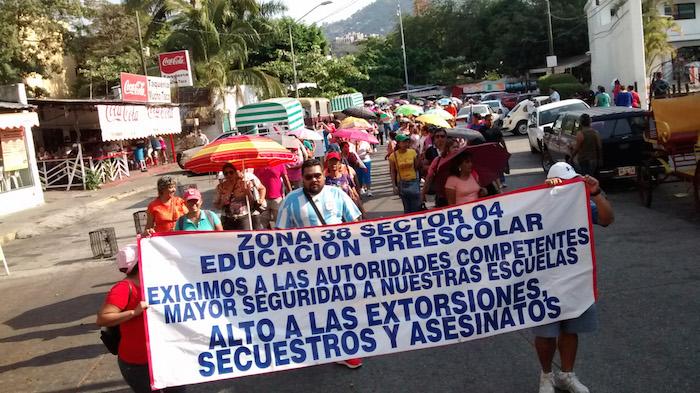 Maestros y padres de familia marcharon por la inseguridad el pasado 20 de enero. Pidieron a las autoridades un ya basta de tantos secuestros, extorsiones y muertos. Foto: Cuartoscuro
