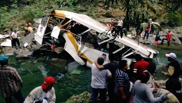 El autobús cayó de un puente dejando al menos 10 muertos. Foto: Vía Twitter @gilius_22