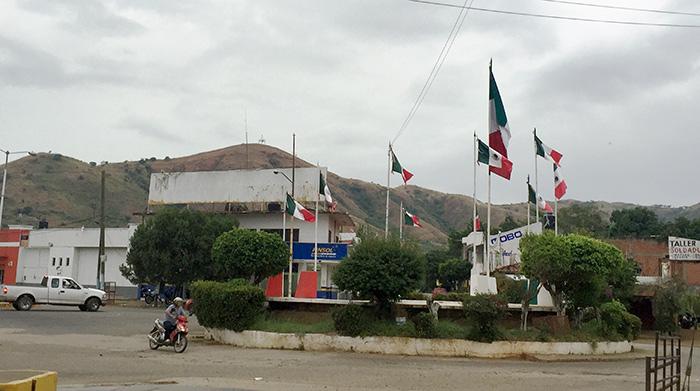 Glorieta de las banderas, en Arcelia, Guerrero, estado en que la cuarta parte de su población sufre hambre. Foto: SinEmbargo Humberto Padgett