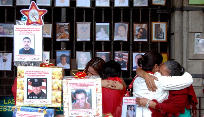 23 de diciembre de 2005. Familiares de víctimas de la violencia y desaparecidos en Morelos se reúnen en el altar de Plaza de Armas, donde colocaron un árbol de cajas de regalos con la fotos de las víctimas. Foto: Cuartoscuro