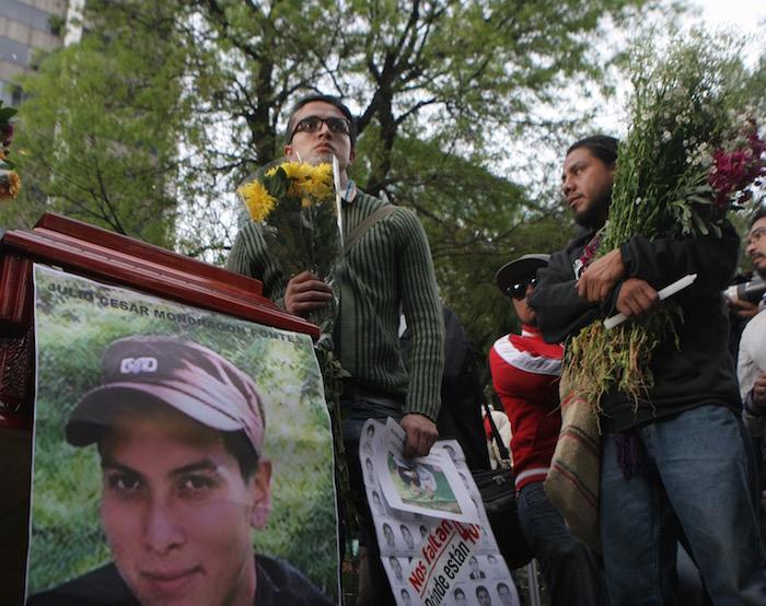 Frente a la PGR, la esposa del normalista asesinado Julio César Mondragón, exigió que se aceleren los trámites para la entrega del cuerpo. Foto: Valentina López, SinEmbargo