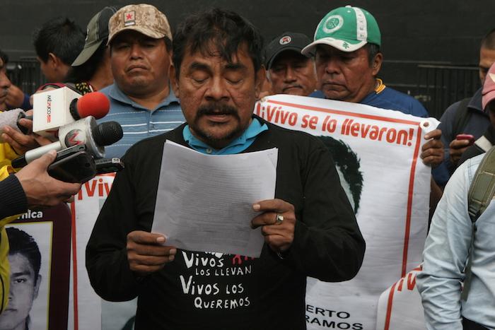 Vidulfo Rosales, vocero de los padre, denunció que varios policías detenidos por la desaparición de los 43 estudiantes, ya solicitaron amparos. Foto: Valentina López, SinEmbargo
