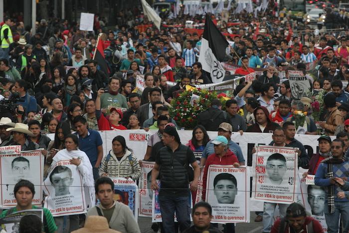 Padres de los 43 encabezan esta tarde una movilización en la Ciudad de México, a 16 meses de la desaparición de los estudiantes. Foto: Valentina López, SinEmbargo
