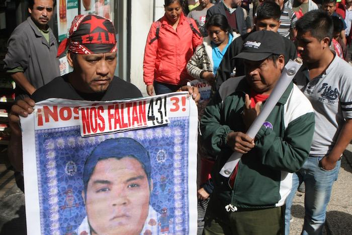 Los padres de los 43 normalistas desaparecidos en Iguala, Guerrero a su llegada a la PGR. Foto: valentina López, SinEmbargo