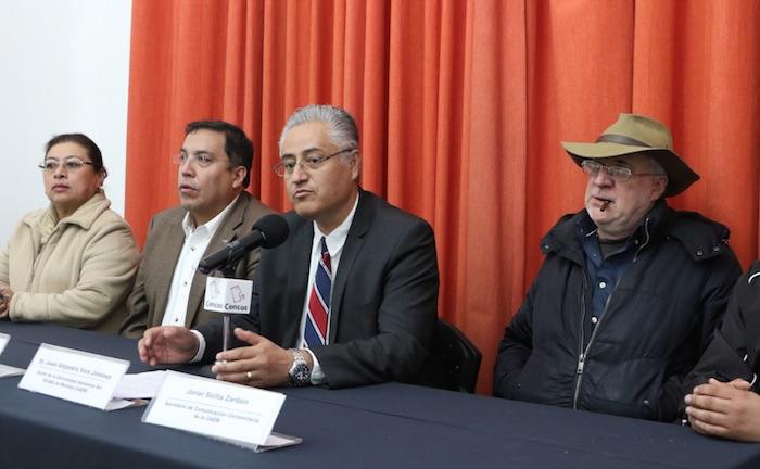 El rector de la UAEM, Jesús Alejandro Vera Jiménez, acompañado también del activista Javier Sicilia, durante la conferencia de prensa ofrecida hoy. Foto: Cencos
