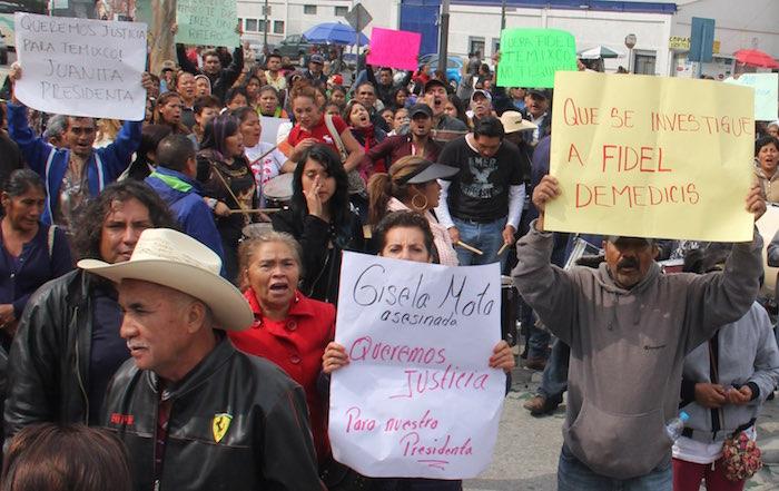 Los manifestantes llegaron en un decena de vehículos a la Cámara de Diputados. Foto: Luis Barrón, SinEmbargo