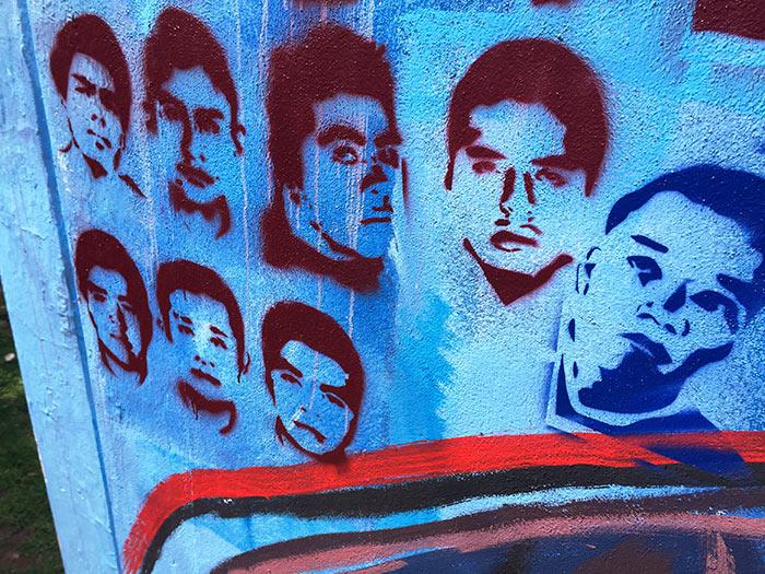 Esténciles de algunos de los 43 chavos desaparecidos en Guerrero, a donde llegaron las armas de H&K pese a la prohibición expresa de que eso ocurriera
