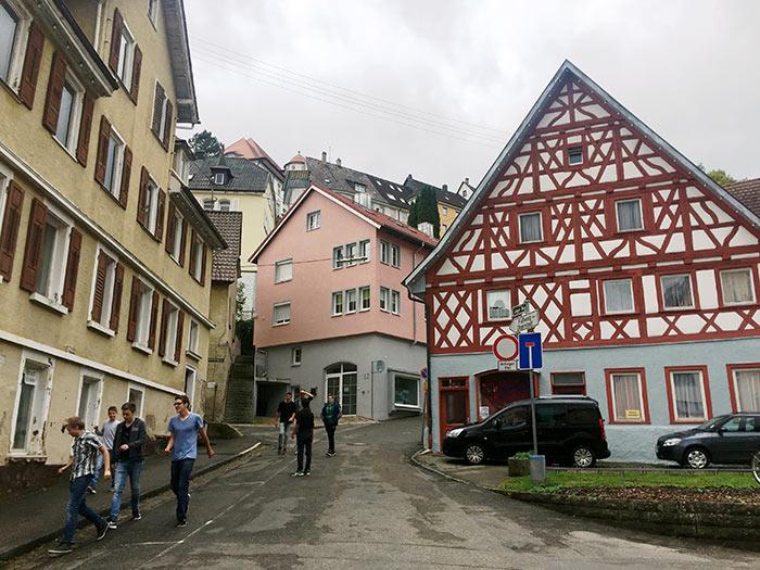 Jóvenes caminan por el centro de Oberndorf. En esta región de Europa existe la menor tasa de desempleo de la Unión Europea con  poco más del 4 por ciento