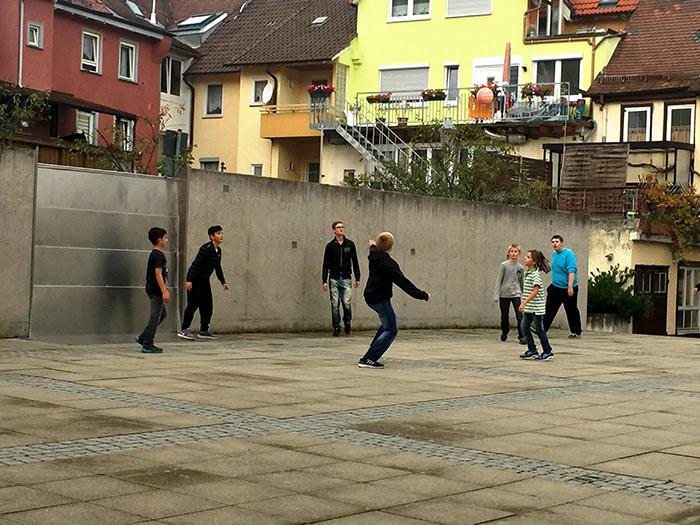 Muchachos de Oberdorf juegan en la plaza del pueblo