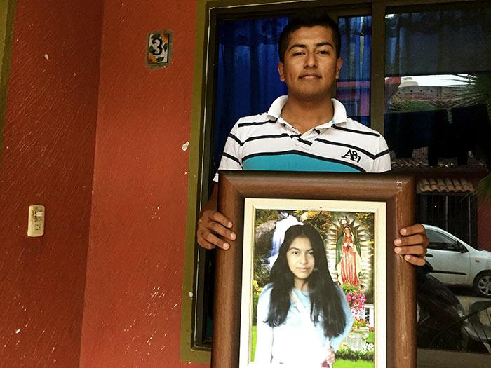 Omar carga el retrato de su hermana Érika, a quien identificó en la morgue de Tejupilco, Estado de México. Foto SinEmbargo Humberto Padgett