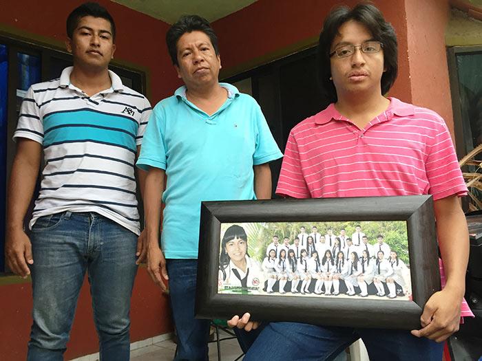 Padre y hermanos de Érika muestran la fotografía de generación de secundaria de la niña muerta antes de su graduación. Foto: SinEmbargo Humberto Padgett
