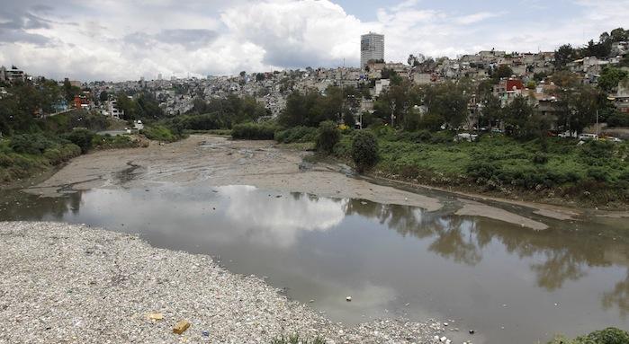 Presa Mixcoac en la delegación Álvaro Obregón en donde corre el río Mixcoac llevando consigo aguas residuales y basura. Foto: Cuartoscuro.