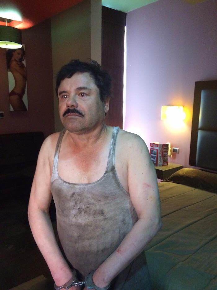 """Una segunda foto de """"El Chapo"""" circula en Twitter. En la imagen se ve al capo sentado en una cama en lo que podría ser un cuarto de hotel. Foto: Especial"""