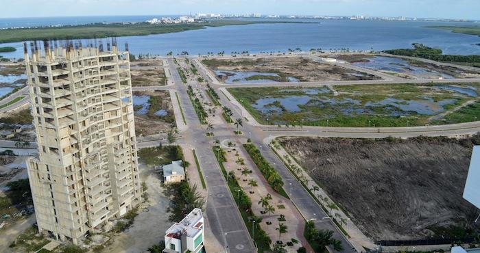 Un día después de que por orden de un juez y con protección policiaca se iniciara durante la madrugada del 16 de enero, la devastación del manglar en el Malecón Tajamar. Foto: Cuartoscuro.