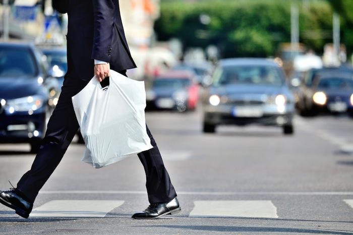 es capaz de sustituir a los plásticos convencionales derivados del petróleo, como los que se usan actualmente en las bolsas del supermercado o en los envases. Foto: Shutterstock.