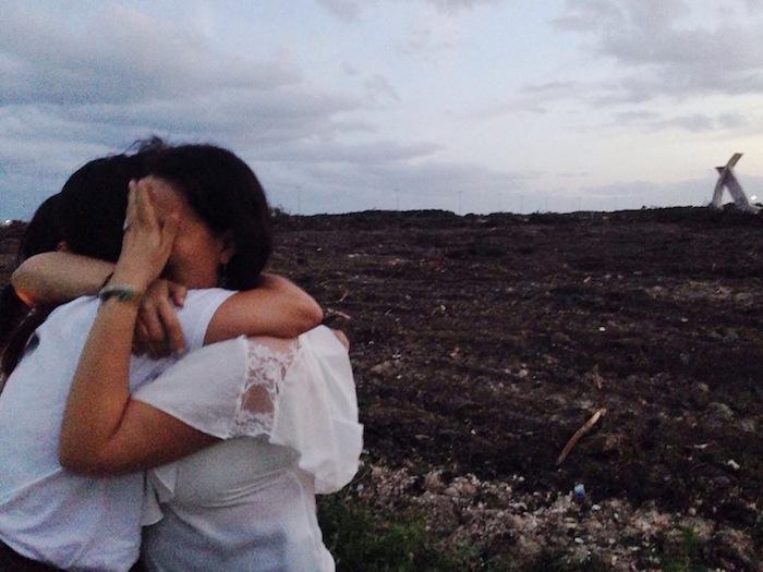 Ciudadanos lloran ante un Tajamar devastado. Foto: