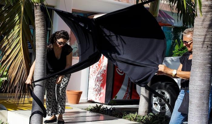 Activistas colocan un moño negro en señal de luto por Tajamar, a las afueras de Profepa en Quintana Roo. Foto: Facebook Salvemos Manglar Tajamar.