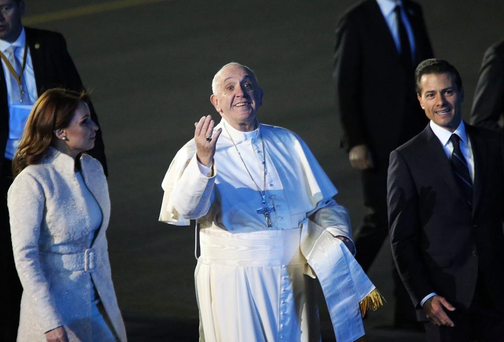 El Papa Francisco arribó la noche de este viernes al Hangar Presidencial en el AICM, donde fue recibido entre gritos, porras y música de mariachi. Foto: Francisco Cañedo, SinEmbargo