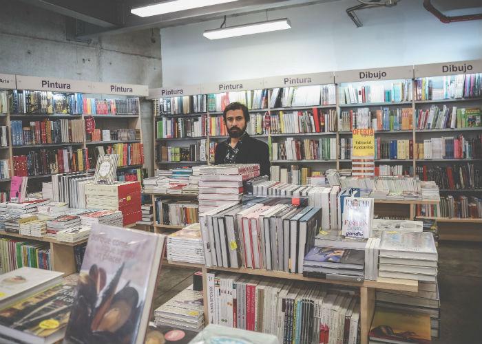 Alejandro Cárdenas en la librería, uno de sus sitios favoritos. Foto: Francisco Cañedo, SinEmbargo
