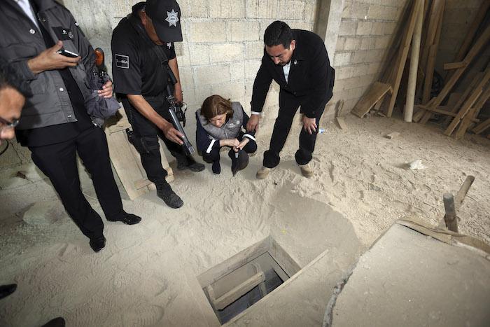 """La Procuradora, Arely Gómez, revisa el túnel por donde se fugó Joaquín """"El Chapo Guzmán"""" en julio pasado. Foto: Cuartoscuro"""
