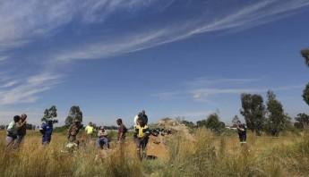 En la imagen, miembros de los servicios de rescate permanecen junto a la mina para intentar rescatar a sus compañeros. Foto: EFE.