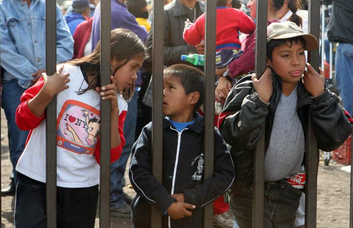 Niños esperan noticias de sus padres, atrapados bajo tierra. Foto: Archivo de Cuartoscuro