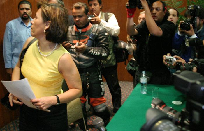 10 de marzo de 2004. El culebrón mexicano a todo lo que da. Rosario Robles Berlanga presenta su renuncia al PRD en medio de acusaciones por sus nexos con Ahumada. Foto: Cuartoscuro