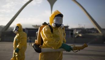 Trabajadores sanitarios fumigan el Sanbódromo en Río de Janeiro para combatir el mosquito Aedes aegypti, transmisor del zika. Foto: Archivo/AP.